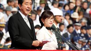 圖為日本首相安倍晉三與國防大臣在自衛隊檢閱儀式上發表講話