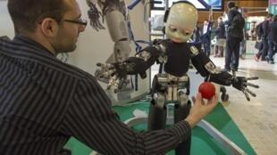 Une démonstration du robot iCub à la troisième édition du salon professionnel Innorobo, à Lyon, le 19 mars 2013.