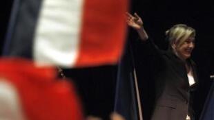 Marine Le Pen, delante de Sakozy en una nueva encuesta.
