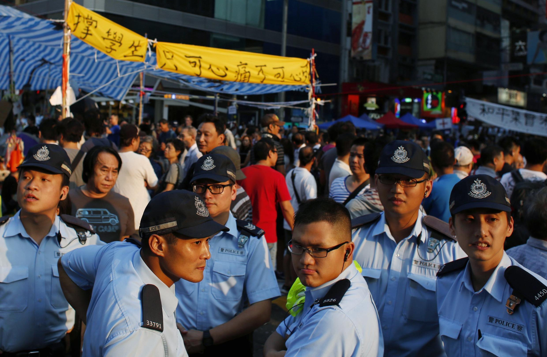 Cảnh sát quan sát để ngăn chặn xung đột giữa người biểu tình đòi dân chủ và phe phản đối biểu tình ở khu mua sắm Mongkok, Hồng Kông ngày 08/10/2014.