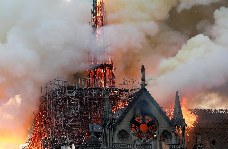 Khói và lửa bốc lên từ Nhà Thờ Đức Bà Paris, Pháp, tối ngày 15/04/2019