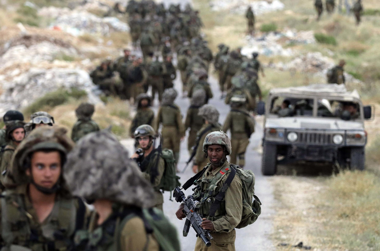 Soldados israelenses continuam as operações de buscas dos três jovens sequestrados na Cisjordânia.