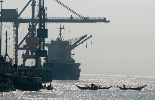Puerto de comercio en la zona industrial de Rangún, Birmania.