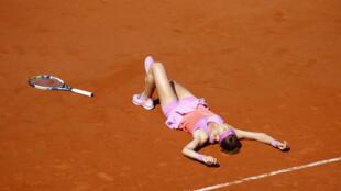 Así celebró este jueves la checa Lucie Safarova su paso a la final del torneo de tenis Roland Garros.