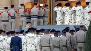 Arrivée des 13 cercueils des soldats français tués, lundi 25 novembre 2019, au Mali, avant la cérémonie d'hommage qui se tient ce lundi 2 décembre 2019.