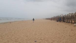 La plage de Yoff, d'habitude bondée, est vide en ce dimanche 9 août au Sénégal.