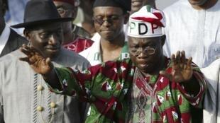 Tsohon shugaban Najeriya Olusegun Obasanjo tare da Shugaba Goodluck Jonathan a lokacin yakin neman zaben Jam'iyyar PDP