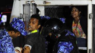 Des policiers anti-émeutes arrêtent un partisan de l'ancien président des Maldives, Mohamed Nasheed, après l'annonce de la suspension des élections présidentielles de 2013. Mohamed Nasheed avait gagné le premier tour.