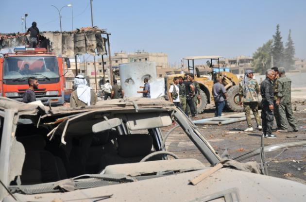 Raia wa Syria wanakagua eneobaada ya shambulio katika mji wa Hasaka, kaskazini mashariki mwa Syria, Agosti 19, 2015.
