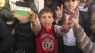 Manifestantes sírios pró-democracia em Kafranbel no dia 13 de dezembro de 2011.