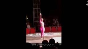 لباس تنگ و چسبان این بازیگر سیرک باعث برکناری احمد خطیب شد