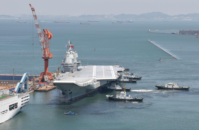 圖為中國自製航母002號試水返航停泊大連船廠港口