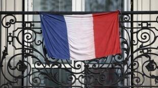Bandeira francesa em uma sacada de Paris nesta quinta-feira.