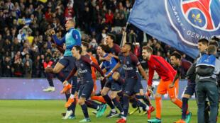 Os jogadores do PSG festejam mais um título de campeão de França