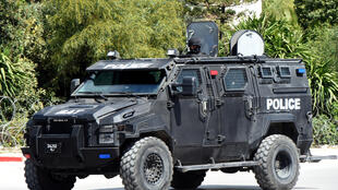 A Tunis, les forces de l'ordre tunisiennes sont déployées près du Parlement après une attaque terroriste, le 18 mars 2015.