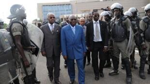 Zacharie Myboto (centre) accompagné du premier ministre gabonais Jean Eyeghe Ndong (droite) à leur arrivée à l'Assemblée nationale, le 4 mai 2011.