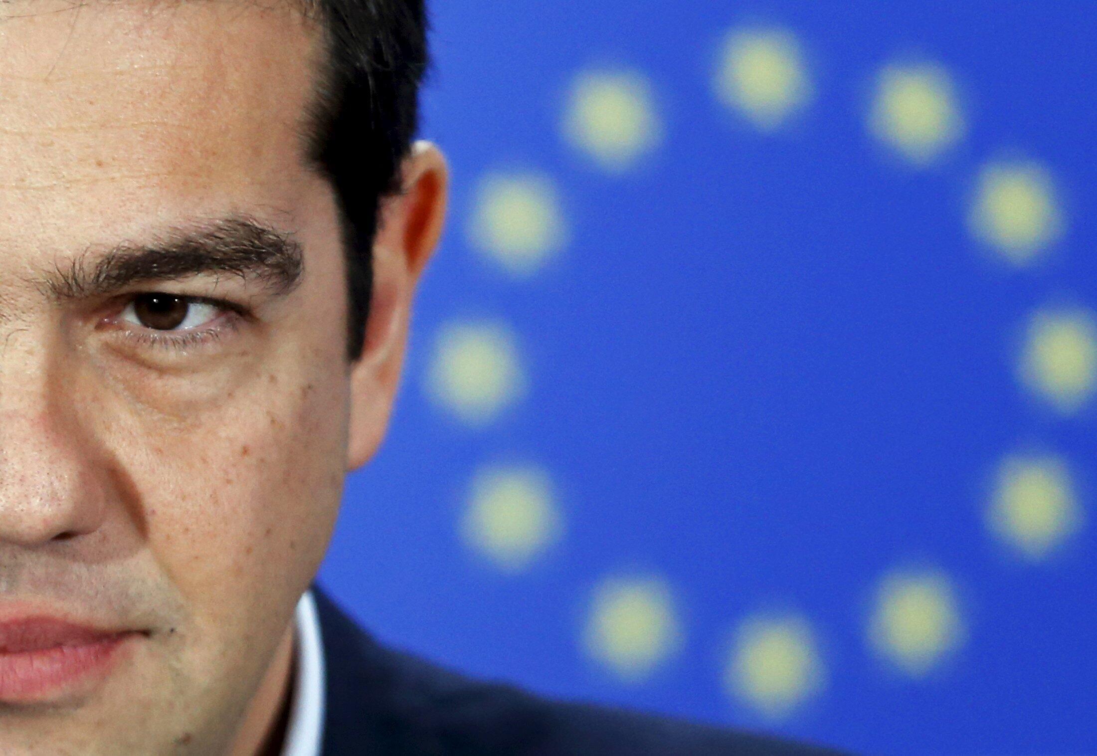 Греческий премьер А.Ципрас на фоне флага ЕС.