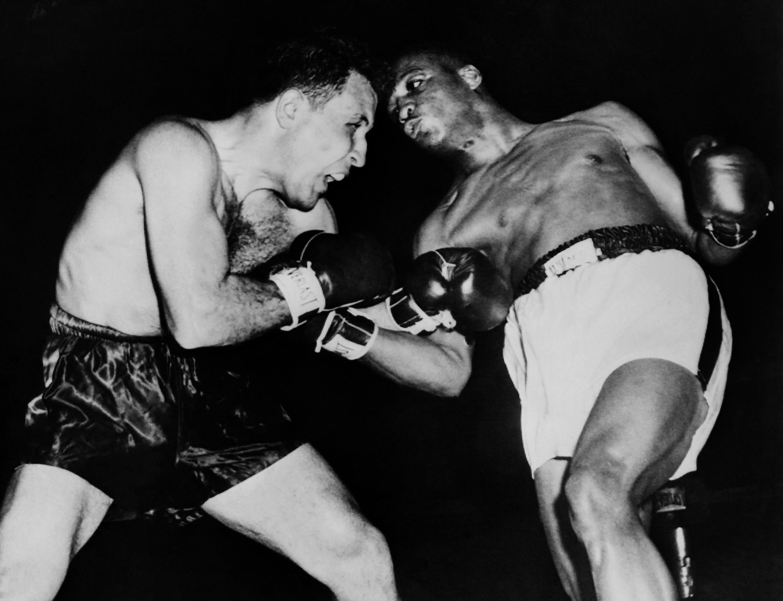 Le 2 avril 1952, le boxeur américain Jake LaMotta (à gauche) affronte son compatriote Robert Norman Hayes.