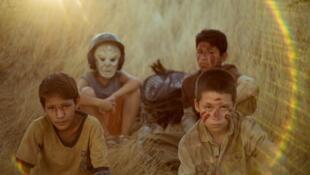 Huck, le visage masqué, et les garçons perdus dans le film de Julio Hernández Cordón, Comprame un revolver (achète-moi un revolver)