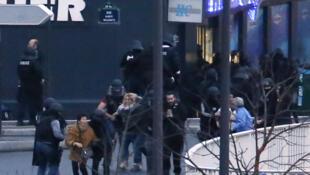 Reféns deixam mercearia depois da operação da polícia