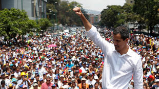 Le chef de l'opposition vénézuélienne Juan Guaido fait des gestes en s'adressant à ses partisans lors d'un rassemblement contre le président du gouvernement du Venezuela, Nicolas Maduro, et en commémoration du 1er mai à Caracas.