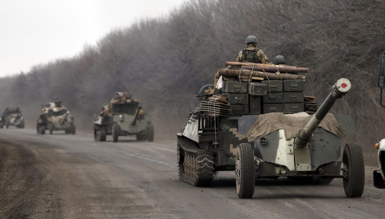 Военная техника в Донбассе зимой 2015 г. Архивное фото