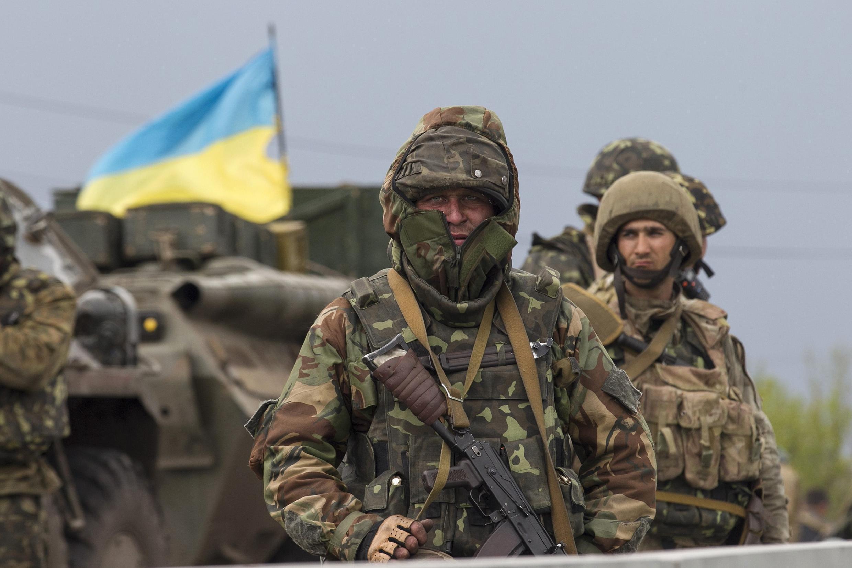 Soldat ukrainien à un checkpoint près de Slaviansk, à l'est de l'Ukraine.
