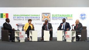 De gauche à droite, Alassane Ouattara, Kristalina Georgieva, Alain Foka, Macky Sall et Jean-Hervé Lorenzi sur le plateau du Débat africain, à Dakar.