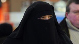 Mulher usando uma burca, traje islâmico que deixa apenas olhos à mostra