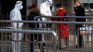 Métro de Pékin, le 25 janvier 2020: des tests de température sont effectués sur les passagers. Un dispositif de contrôle de tous les transports publics a été mis en place sur tout le territoire chinois ce samedi 25 janvier.