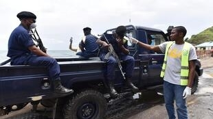 Un agent prend la température de policiers en patrouille en pleine pandémie de coronavirus, à Goma, en RDC, en mars 2020.