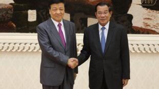 លោកនាយករដ្ឋមន្រ្តី ហ៊ុន សែន ចាប់ដៃស្វាគមន៍លោក លីវ យុនសាន (Liu Yunshan) សមាជិកគណៈអចិន្ដ្រៃយ៍នៃការិយាល័យនយោបាយបក្សកុម្មុយនិស្ដចិន ថ្ងៃទី ២០ កញ្ញា ឆ្នាំ២០១៧។