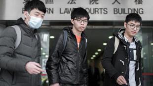 Từ phải qua trái là các lãnh đạo sinh viên phong trào Ô/Dù Vàng La Quan Thông/Nathan Law, Hoàng Chi Phong/Joshua Wong và Chu Vĩnh Khang/Alex Chow, trước tòa án Hồng Kông, ngày 29/02/2016.