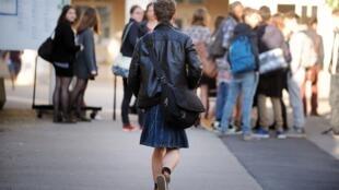 Un estudiante de secundaria lleva una falda para expresar su repudio al sexismo. Nantes (oeste de Francia), 2014.