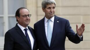 O presidente francês, François Hollande, e o secretário de Estado dos EUA, John Kerry, no Palácio do Eliseu, em Paris, França, 17 de novembro de 2015.