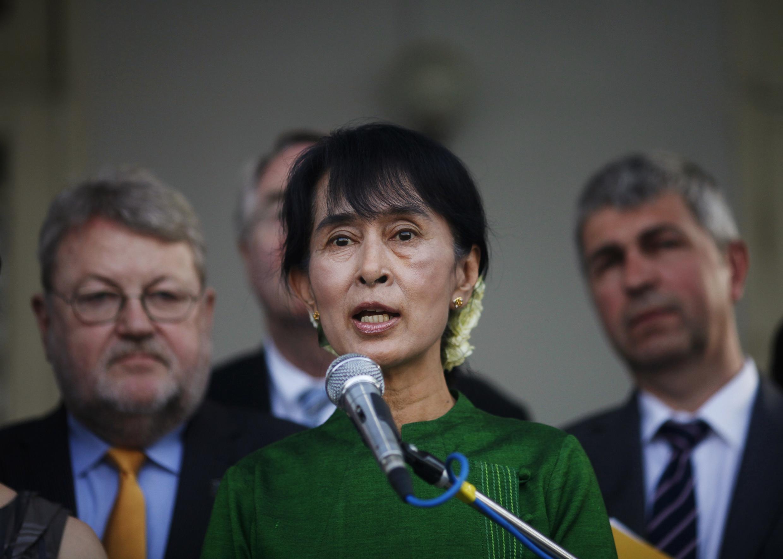 Bà Aung San Suu Kyi trả lời báo chí sau khi gặp gỡ các nghị sĩ châu Âu tại Rangoon ngày 29/02/2012.