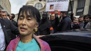 Аун Сан Су Чжи в Париже