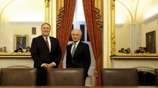 مایک پمپئو در کنار باب کروکر رئیس کمیسیون امور خارجۀ سنای آمریکا