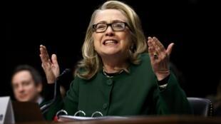 هیلاری کلینتون در حال توضیح به نمایندگان سنای آمرریکا درباره سوء قصد تروریستی بن غازی. ٤ بهمن/ ٢٣ژانویه ٢٠١٣