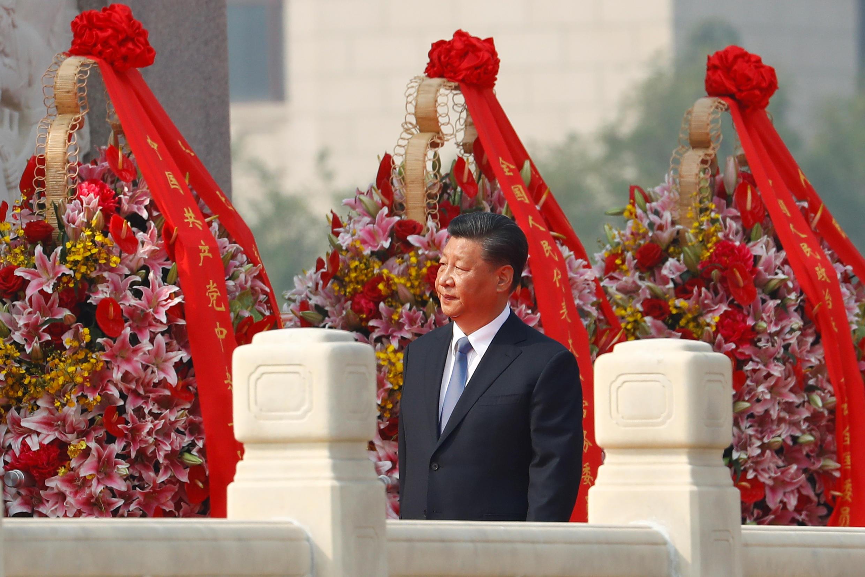Chủ tịch Tập Cận Bình đến đặt vòng hoa tại Đài tưởng niệm các anh hùng liệt sĩ ở quảng trường Thiên An Môn, Bắc Kinh, Trung Quốc, ngày 30/09/2019.