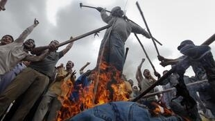 Supporters of political party Muttahida Qaumi Movement (MQM) burn an effigy representing provincial minister Zulfikar Mirza during a protest in Karachi 14 July 2011.