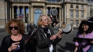 Манифестанты устраивают «концерт на кастрюлях» у здания Национальной ассамблеи в Париже 30 сентября 2017 г.