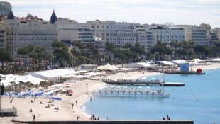 Từ trái sang phải, các khách sạn nổi tiếng Carlton, Miramar và Martinez (Grand Hyatt) tại Cannes 2019