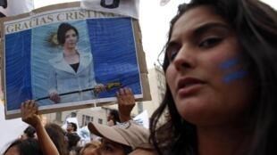 Les militants sont plus nombreux que d'habitude à venir soutenir Cristina Kirchner, à Buenos Aires, le 1er mars 2015. .