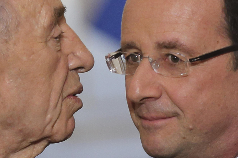 Президент Израиля Шимон Перес целует президента Франции Франсуа Олланда после пресс-конференции в Елисейском Дворце, Париж 8 марта 2013