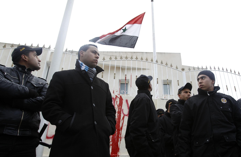 Polícia faz a segurança da na porta da embaixada síria na Tunísia.