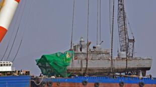 """韩国军方打捞起疑被朝鲜击沉的""""天安舰"""""""
