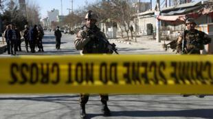 Оцепление вокруг квартала Кабула, в котором 28 декабря произошел теракт.