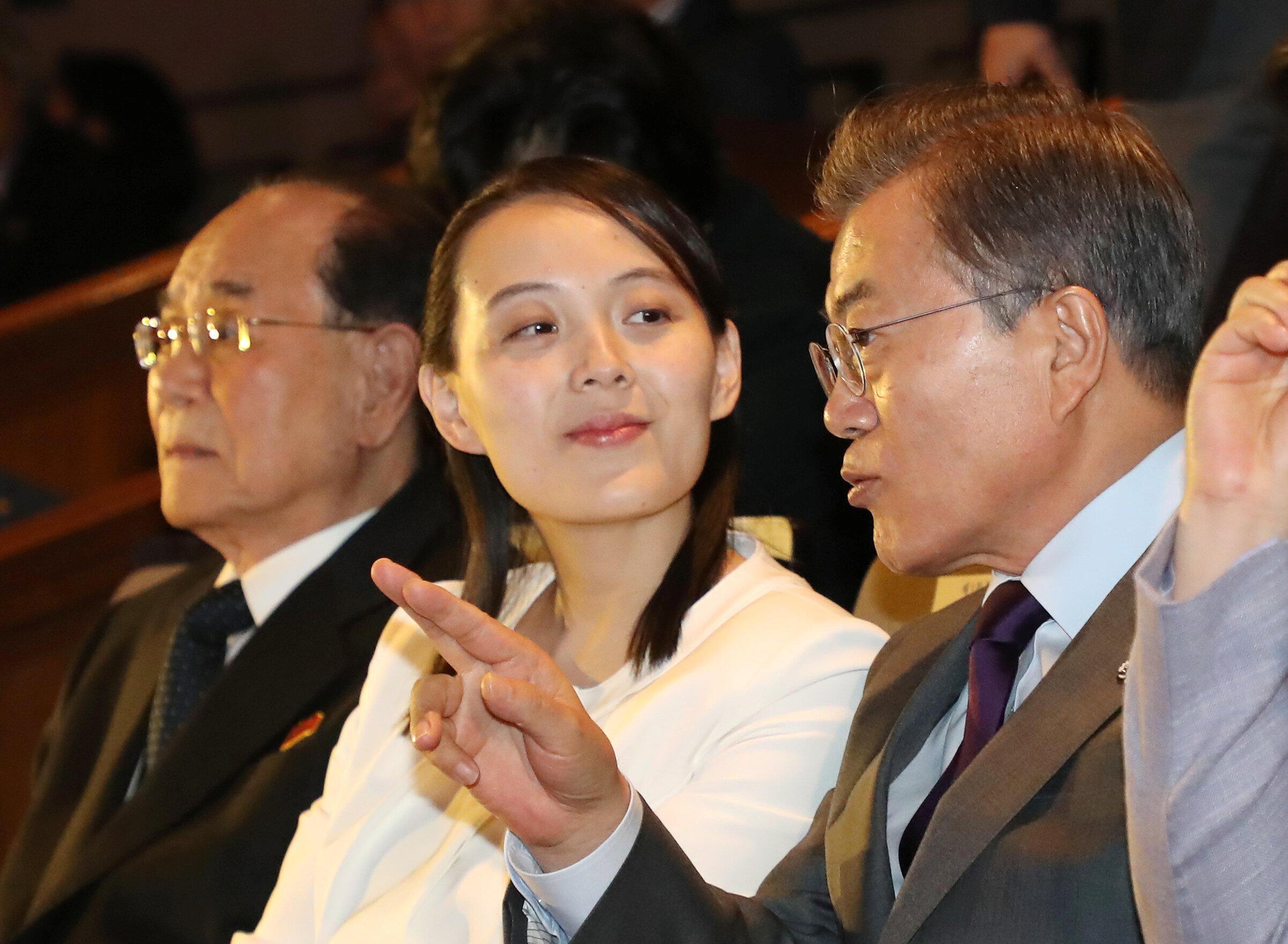 韩国总统文在寅 (右) 2月11日陪同金与正 (中) 与金永南 (左) 在首尔观看朝鲜乐团演出