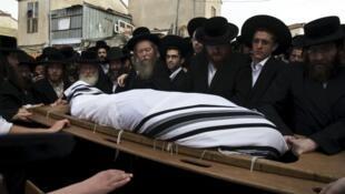 Judíos ortodoxo llevan el cuerpo de Yeshayahu Krishevsky -uno de los tres israelíes asesinados- durante su funeral en Jerusalén, el 13 de octubre de 2015.